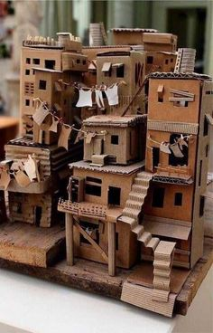 Cardboard Sculpture, Cardboard Crafts, Paper Crafts, Cardboard Houses, Cardboard Model, Diy Projects With Cardboard, Sculpture Art, Cardboard Design, Cardboard Playhouse