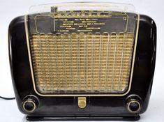 Antigo rádio Philips - possivelmente anos 50 ou 60 - contem nomes das radios mais comuns da época en