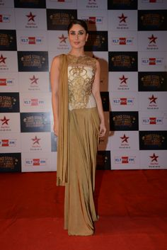 Kareena Kapoor Khan wore a gold sari on the red carpet at the Big Star Entertainment Awards. #Fashion #Style #Bollywood #Beauty