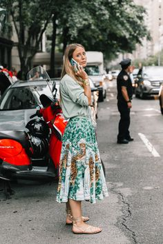 """Is tropical 17 de 28 Las camisas de estampados tropicales han vivido un momento de tanta popularidad este verano que ahora se declinan en faldas plisadas que parecen gritar: """"estío, no te vayas""""."""