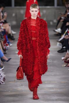 Valentino Pre-Fall 2019 Fashion Show Collection: See the complete Valentino Pre-Fall 2019 collection. Look 10 Women's Runway Fashion, Fall Fashion Trends, Look Fashion, Couture Fashion, Trendy Fashion, Winter Fashion, Fashion Outfits, Fashion Design, Red Frock