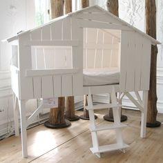 Børneseng designet som hytte