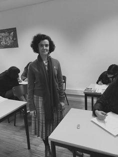 Esta foto foi tirada numa sala de aula enquanto decorria uma aula de inglês. Pode-mos ver uma prefessora com um estilo muito característico com idade compreendida entre os 50 e os 55 anos. O cenário como anteriormente referido é uma sala de aula.