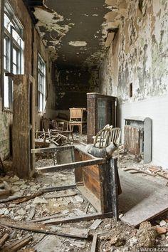 Ellis Island, sans date Abandoned Mansions, Abandoned Buildings, Old Buildings, Abandoned Places, Ellis Island Immigrants, Left Alone, Haunted Places, Amusement Park, Architecture