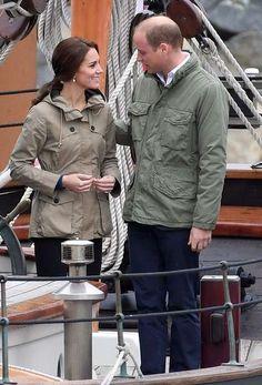 """1. Oktober 2016      Während sie am letzten Tag ihrer Kanada-Reise auf dem Schiff """"Pacific Grace"""" im Hafen von Victoria segeln, legt Prinz William zärtlich seinen Arm um Herzogin Catherine."""