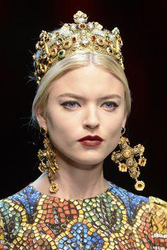 BELLEZA D&G Durante el desfile de la colección de 2013, las modelos de la marca exhibieron un marcado estilo de delineador de ojos felino y labial rojo. Dolce & Gabbana