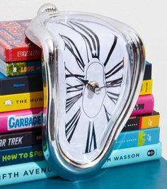 Inspirée de la peinture surréaliste de Dali (plus précisément de son tableau « Persistance de la mémoire »), cette horloge inhabituelle et insolite créera l'étonnement de vos invités.