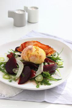 Ofenkrapfen pikant mit Feta gefüllt aus Kartoffel-Hefeteig auf einem schönen Wintersalat mit Rote Beete und Fenchel bei kebo homing, Südtiroler Food- und Lifestyleblog