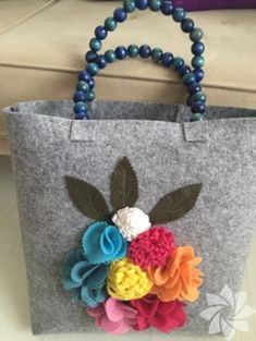 It reminds me of my felt flower bag. Fabric Bags, Felt Fabric, Felt Diy, Felt Crafts, Felt Purse, Handmade Beaded Jewelry, Craft Bags, Jute Bags, Patchwork Bags