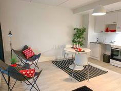 2019 valmistuneessa asumisoikeuskohteessa toimivia yksiöitä avaralla pohjaratkaisulla. Tilantuntua saa pyöreällä ruokapöydällä sekä vaalealla värimaailmalla. Kirkkaat yksityiskohdat tuovat piristystä asuntoon!