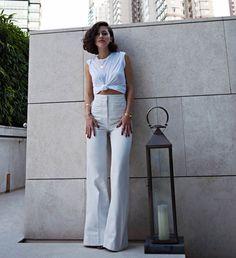 Look de Karla Deras com t-shirt + pantalona de cintura alta.