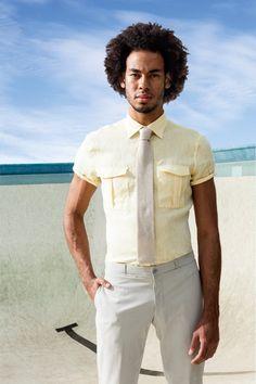 GQ Brasil - Camisa de linho Ricardo Almeida R$ 598   Calça Hermès R$ 2.050   Gravata Hugo Boss R$ 615 (Foto: Franco Amendola)