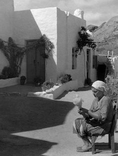 Greece, Island Skyros: spinner - Photographer: Max Ehlert - Published by: 'Die Dame' Old Photos, Vintage Photos, Greece History, Greece Pictures, Greece Photography, Greek Culture, Athens Greece, Back In The Day, Egypt