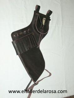 Carcaj tradicional de cinturón realizado de forma artesana en piel de vacuno de muy alta calidad, con bolsillo en la parte superior y con cierre tradicional con una auténtica punta de cuerno. http://www.eltallerdelarosa.com/portaflechas/157-carcaj-de-cinturon-4501-2.html