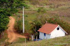 Linda capelinha lá no meio do nada. Paisagem rural brasileira.