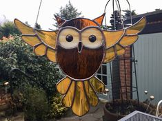 This wonderful owl will certainly get heads turning - if you pardon my pun! A super gift for any owl lover. This is a large impressive piece and has been made using a rich amber rough rolled glass for the body, the wings and tail are made using a wispy amber glass and the background