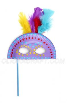 Masque de carnaval avec plumes, peinture, bâton sur simple demi-assiette en carton !