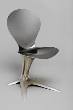 La Flower Chair del giovane designer austriaco Philipp Aduatz ricorda un fiore, ma è stata pensata con l'idea di riprodurre la sensazione di attrazione gravitazionale di un buco nero.