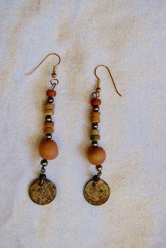 Oorbellen met antiek muntje en gekleurde houten kraaltjes O3 | Tribal Fusion…
