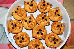 Bear Theme Snack: Muffins with pretzels, chocolate chips, raisins & peanut-butter. For snack day, winter? Preschool Cooking, Preschool Snacks, Cooking With Kids, Preschool Crafts, Mini Chef, Classroom Snacks, Animal Snacks, Apple Cinnamon Muffins, Biscuits