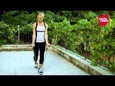 Tonificati con l'elastico Una sequenza di 3 esercizi per scolpire gambe, braccia e glutei con l'esperta fitness Giovanna Lecis