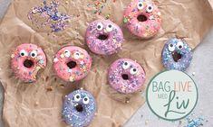 Overraskende gode donuts | Bag live med Liv Martine Opskrifter: Sjove hjemmelavede donuts pyntet med farvet glasur, sukkerøjne og krymmel. Disse donuts er så gode at de selv er overraskede over hvor godt de smager. - Se de lækre opskrifter fra Dr. Oetker.