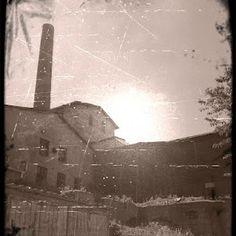 Die Sonne über der alten Mine steht tief.