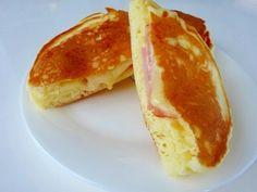 「マヨネーズとチーズがトロ~リ♪ホットケーキ」ホットケーキの中からマヨネーズとチーズがトロ~リ出てきます。ハムも入っているので、ほんのり甘いホットケーキと具材の塩気がマッチして、たまらない美味しさです☆【楽天レシピ】