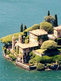 Lake Como, Northern Italy ...I think I'm gonna request to be a live-in with the people in this house when I study abroad!!