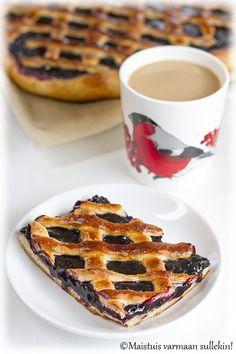 En ole koskaan leiponut pullataikinaista mustikkapiirakkaa. Syönyt tietenkin olen monetkin kerrat, mutta itse tulee leivottua piirakat ...