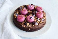 En fødselsdagsfin chokoladeballade med mælkechokolade ganache og brombærmousse
