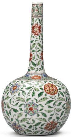 A floral embellished Famille Verte vase, Qing dynasty, Kangxi period Fine Porcelain, Porcelain Ceramics, Painted Porcelain, Porcelain Jewelry, Hand Painted, Art Chinois, Paper Vase, Vase Crafts, Gold Vases