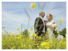 Pareja de novios en el campo #wedding #bodas #novios #flores #flowers #campo