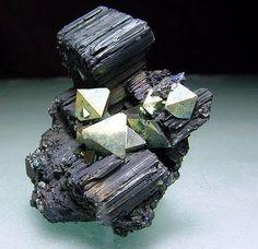 Bournonite et Pyrite. Viboras Mine, Machacamarca, Bolivie Taille=4.2 x 4 x 1.9 cm Photo Mark Wrigley