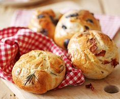 Panini alla pancetta, al rosmarino e alle olive