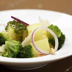 Aardappel-en broccolisalade met spinaziepesto
