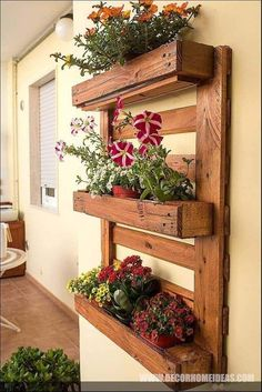 Reclaimed wooden furniture: pallet to the furniture Jessica Scrivano garden furniture diy pallet creations Decoration Palette, Palette Deco, Vertical Garden Design, Vertical Gardens, Vertical Planter, Vertical Pallet Garden, Diy Garden Furniture, Wooden Furniture, Wooden Decor