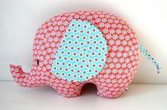Beelden die me inspireren om lekker zélf aan de slag te gaan. - Super leuke olifant om te naaien. Gevonden op de blog: elisanna.blogspot
