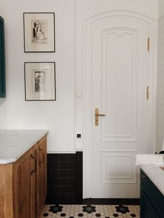 Few Important Design Tips For Smaller Bathrooms – Home Dcorz Interior Architecture, Interior Design, Dark House, Dream Apartment, Mid Century Decor, Home Living, Living Room Inspiration, Bathroom Interior, Decoration