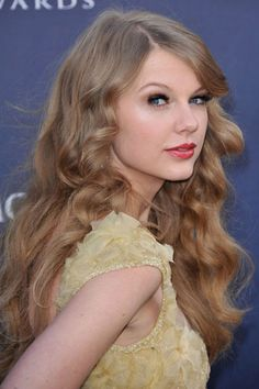 Les stars aux cheveux frisés: Taylor Swift. Photo: BANG