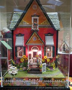"""Great Reference Photos From Miniature Shows: 1:24 Scale """"Mary"""" Houses From the 2014 Seattle Dollhouse Show"""