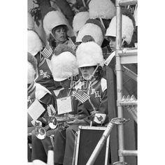 #RonaldReagan annuncia il suo programma #politico presso #BloomHighSchool. La folla è in #festa. Tutti ascoltano il discorso del presidente con  assoluta attenzione.  #1984 #vintage #photo