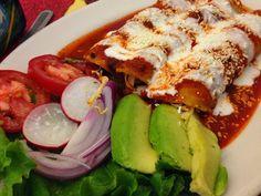 Recette d'enchiladas (tortilla roulée) au poulet avec fromage à la crème (Mexique, Amérique du Sud) Des tortillas très faciles et rapides à cuisiner, du poulet, du fromage crémeux, des haricots noirs ou rouges, du piment (selon les goûts), des oignons, une sauce tomate, du fromage râpé. Des enchiladas idéales pour utiliser les restes de poulet en les transformant en un plat d'Amérique du Sud.