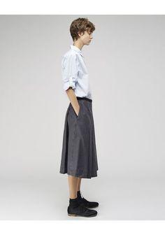 男前なコーデも楽しめるのが、シングルポケットシャツ。 メンズライクにするだけじゃなく、スカートに合わせるのが◎
