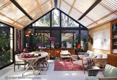 A arquitetura jamais pode superar a decoração, e vice-versa. O ambiente se faz da construção e da decoração, ambos somando e agregando juntos, como vemos nesse trabalho de Marina Linhares na MOSTRA BLACK 2012: um resultado elogiável.