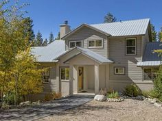 Moonstone House Breckenridge (Colorado) Set 1.3 km from QuickSilver Super6 in Breckenridge, this holiday home features a patio. The unit is 1.4 km from BreckConnect Gondola.  There is a seating area, a dining area and a kitchen complete with a dishwasher and an oven.