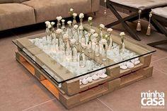 Mesinha central feita com pallet, vidro e pedras para a sala. Super criativo!