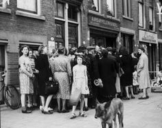 1940 - 1945. People inline in front of the store of a potato dealer in Amsterdam. © NIOD #amsterdam #worldwar2