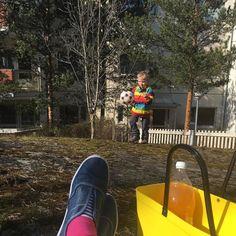 Nyt syödään ulkona. Ei tuonne sisälle vaan voi mennä tällä säällä.  #linnutlaulaa #aurinkopaistaa #ulkona #aurinko #kevät #outdoors #sun #shine #spring #summeriscoming #retkellä #picnic