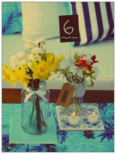 """CENTRO DE MESA PALMERA  Cada centro de mesa incluye: - Individual bifaz, tela rayada / palmeras - Flores de estación - Tag señalador - 2 azulejos con motivo vintage - 2 floreros customizados  - 2 portavelas globito - Señalador de número de mesa """"pizarrón"""""""